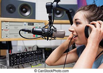 主人, 收音机, 講話, 年輕