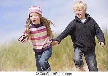二, 年輕, 跑, 扣留手, 微笑, 海灘, 孩子