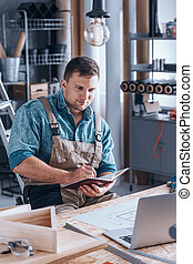 使用便攜式計算机, 年輕, 工作, 木匠