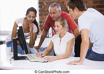 四, 辦公室空間, businesspeople, 看, 電腦, 微笑
