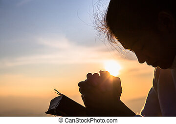 基督教徒, 黑色半面畫像, 祈禱, 宗教, 打開, 產生雜種, 婦女, 聖經, 日出, 概念, 年輕, 背景。