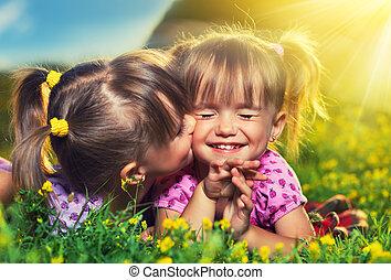 夏天, 很少, family., 女孩, 雙生子, 笑, 在戶外, 姐妹, 親吻, 愉快
