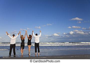 夫婦, 人們, 向上, 年輕, 四, 慶祝, 武器, 海灘, 二