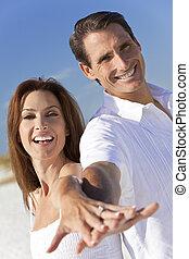 夫婦, 笑, 扣留手, 海灘, 有吸引力