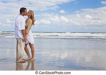 婦女, 扣留手的夫婦, 親吻, 海灘, 人