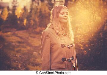 婦女, 生活方式, 自然, 太陽, 旅行, 年輕, 秋天, 戶外, 森林, 背景, 光, 微笑高興, 協調