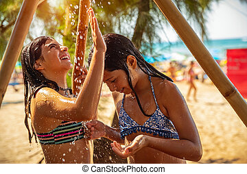 孩子, 陣雨, 玩, 在下面, 海灘