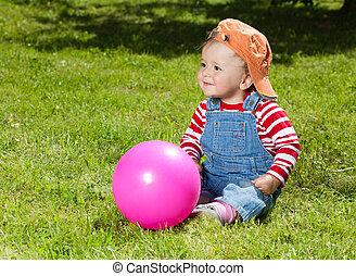 學步的小孩, 球, 花園, 坐