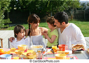 家庭, 陽光充足的日, 外面, 早午餐, 有