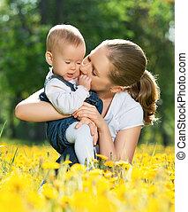 家庭, walk., 母親, 嬰孩, 親吻, 愉快