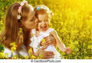 小母親, 草地, 愉快, 夏天, 女儿, 家庭, 親吻, 孩子