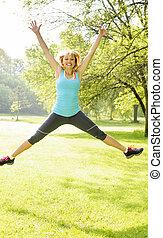 微笑的婦女, 公園, 跳躍