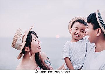 愉快, 玩, 亞洲 家庭, 海灘, 傍晚