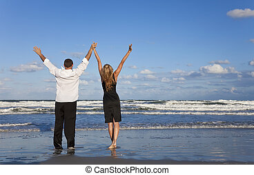 提高, 婦女, 夫婦, 武器, 慶祝, 海灘, 人