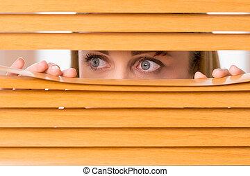 擦傷, 婦女, 外面, 眼睛, 向上, blinds., 女性, 關閉, 臉, 看
