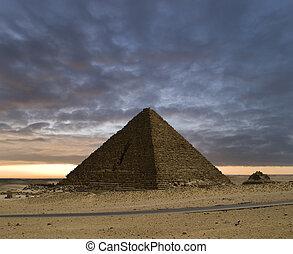 新 天, 金字塔