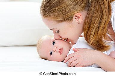 母親, 新生的嬰孩, 高興的家庭, 親吻, 她