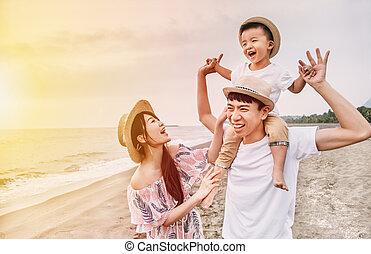 海灘, 亞洲人, 傍晚, 高興的家庭, 玩