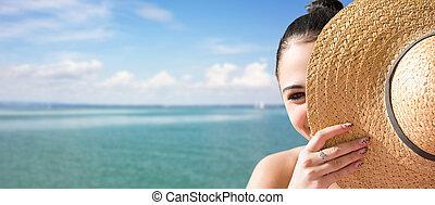 海灘。, 黑發淺黑膚色女子, 年輕, 放松