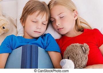 漂亮, 疲倦, 頂部, 以後, 二, 床, 睡覺, day., 當時, 一起, 活躍, 孩子, 躺, 看法