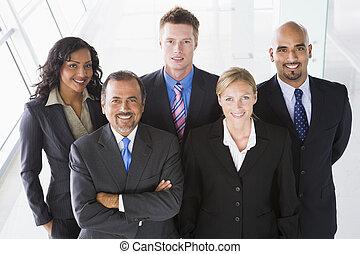 站立, 組, 辦公室空間, (high, key), 同事, 微笑