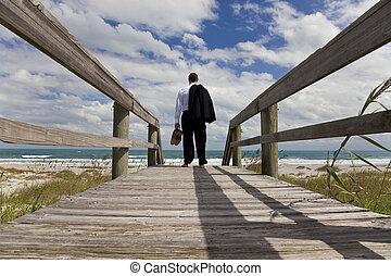 站立, 赤腳, 看, 海, 商人, 海灘, 橫跨