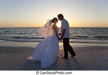 結婚, &, 夫婦, 新郎, 新娘, 傍晚, 婚禮, 親吻, 海灘