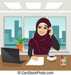 辦公室, 事務, arab, 婦女談話, 膝上型, 電話, 穿, hijab