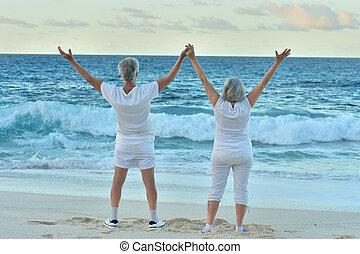 面對, 夫婦, 海灘, 海, 年長