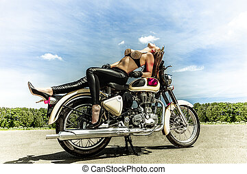 騎自行車的人, 女孩, 摩托車