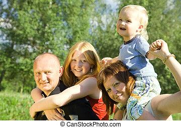 高興的家庭, four.