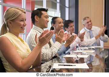 鼓掌歡迎, businesspeople, 五, 會議室, 桌子, 微笑